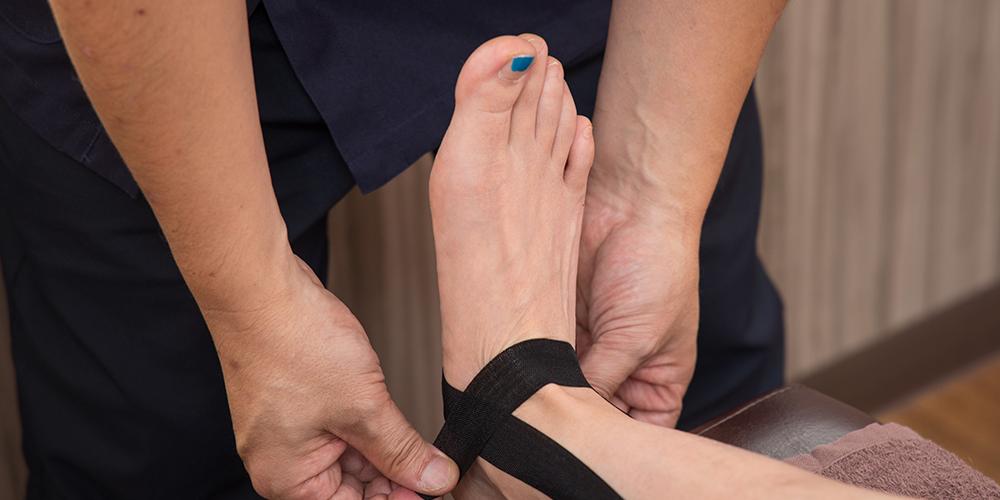 捻挫の治療・予防にテーピングを行う